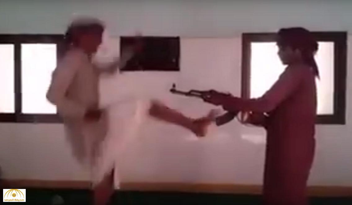 فيديو: مراهق يطلق النار من كلاشنكوف فوق رأس صديقه بعدما قام بهذه الحركة!!