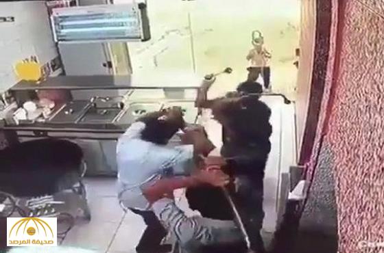 شرطة المدينة تُطيح بأربعة أحداث اعتدوا على عامل مطعم للوجبات السريعة بالمدينة-فيديو
