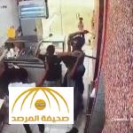 بالفيديو: اعتداء 3 شبان على عامل بمطعم للوجبات السريعة بالمدينة المنورة