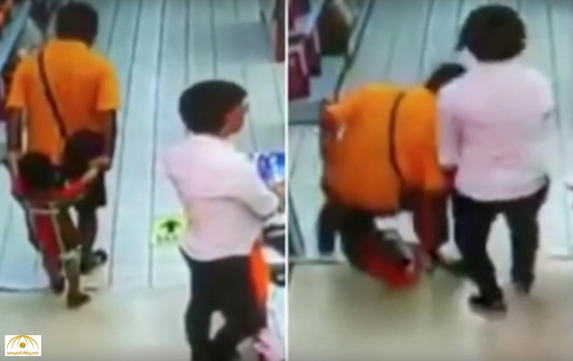بالفيديو.. أب يقتل طفله بالخطأ بسبب تعثره في أحد المولات التجارية