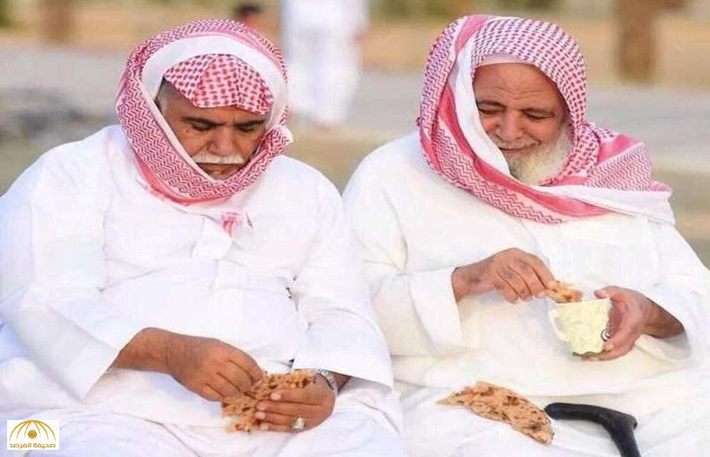 كشف حقيقة صورة متداولة لمسنين يتناولان الخبز في الطريق أحدهما يشبه رجل أعمال شهير