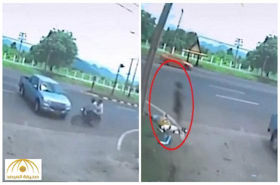 """شاهد: حادث تصادم مروع في تايلاند و""""شبح"""" يغادر جسد المرأة لحظة الوفاة"""