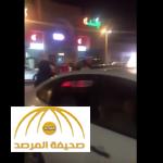بالفيديو: فتاة تضرب شاب وتصفعه على وجهه  بعد تحرشه بها