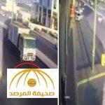 بالفيديو : لحظة دهس سيارة نقل لطفلة على طريق بحفر الباطن بعد أن تركت يد والدتها