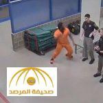 فيديو : سجين يوجّه لكمة قوية لشرطي .. شاهد كيف كانت نهايته ؟