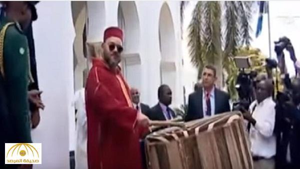 بالفيديو : شاهد لحظة قرع الملك محمد السادس طبلا ضخما في  تنزانيا