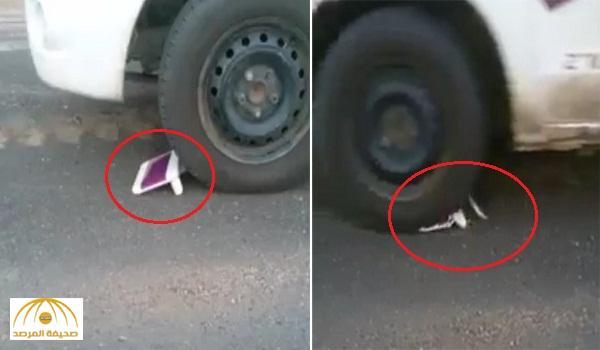 فيديو: شاهد.. سعودي يحتج على خدمات شركة الاتصالات بدهس المودم بعجلات سيارته !