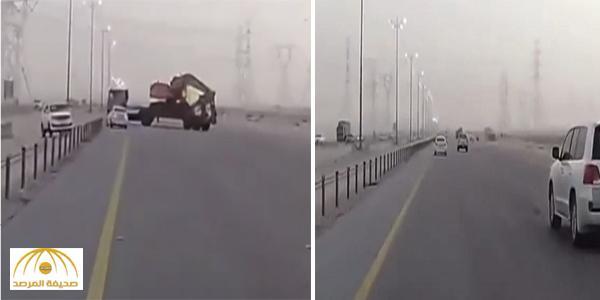 """بالفيديو : شاحنة كادت تتسبب في كارثة على طريق الدمام – الأحساء .. و سائق ينجو بـ """" أُعجُوبة """""""