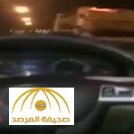 شاهد: في حادث مروع.. شاب يوثق بجواله اللحظات الأخيرة قبل اصطدام سيارته بشاحنة – فيديو