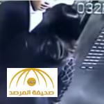 """فيديو: شاهد كيف تصرف """"صيني"""" مع سيدة طلبت عدم التدخين في المصعد"""