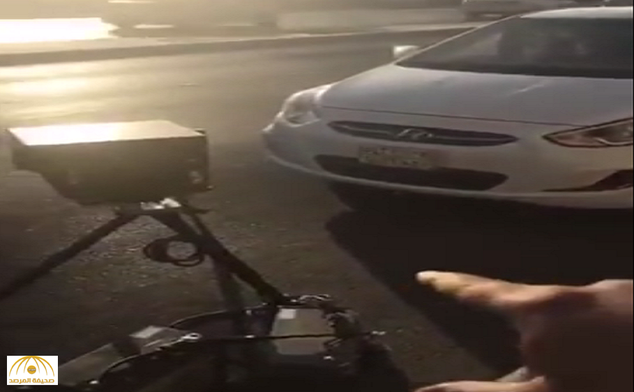 """فيديو: شاهد.. سيارة """"ساهر"""" في وضع مخالف لنظام المرور على طريق عام بالرياض!"""