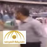 """بالفيديو.. شاهد ردة فعل جمهور الهلال لحظة دخول """"سامي الجابر"""" أرضية الملعب!"""