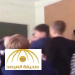 بالفيديو: طالب يهاجم مدرس كبير في السن بروسيا.. شاهد كيف انتقم الطلاب منه!