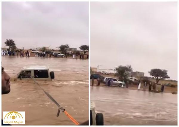 بالفيديو : الدفاع المدني ينقذ ثلاث شباب شارفت السيول على جرفهم