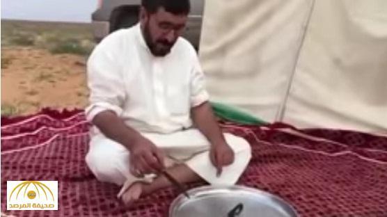"""بالفيديو : شاهد .. مواطن يأكل """" حية """" بعد شويها"""