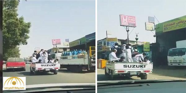 بالفيديو..جدة:نقل أطفال لمدرستهم في سيارة بضائع !