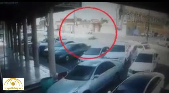 بالفيديو : دراجة نارية تقذف قائدها في الهواء بعد اصطدام مروع في الأفلاج