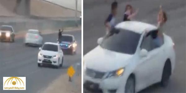 القبض على مفحط ظهر بصحبة فتاتين بالرياض – فيديو