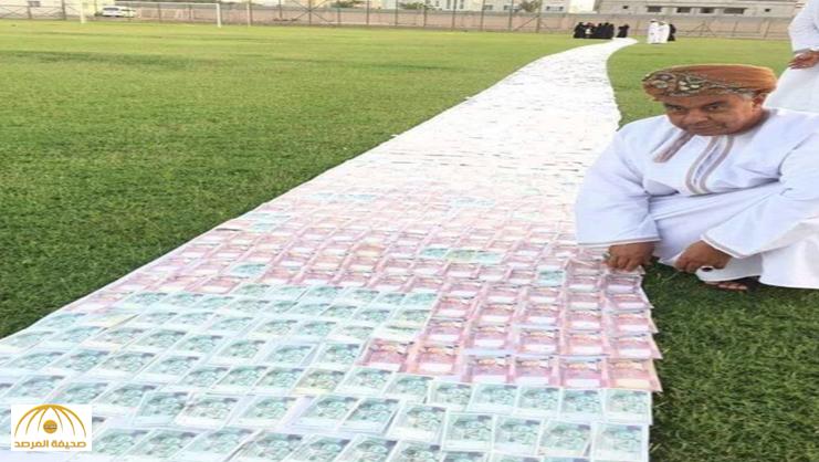 """الكشف عن حقيقة """"ممشى من الأوراق النقدية"""" قام بها عُماني لتمشي عليها زوجته..صور"""