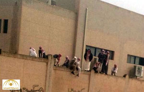 طلاب في تبوك أرادوا الهروب من المدرسة ..  شاهد من كان ينتظرهم خلف السور!
