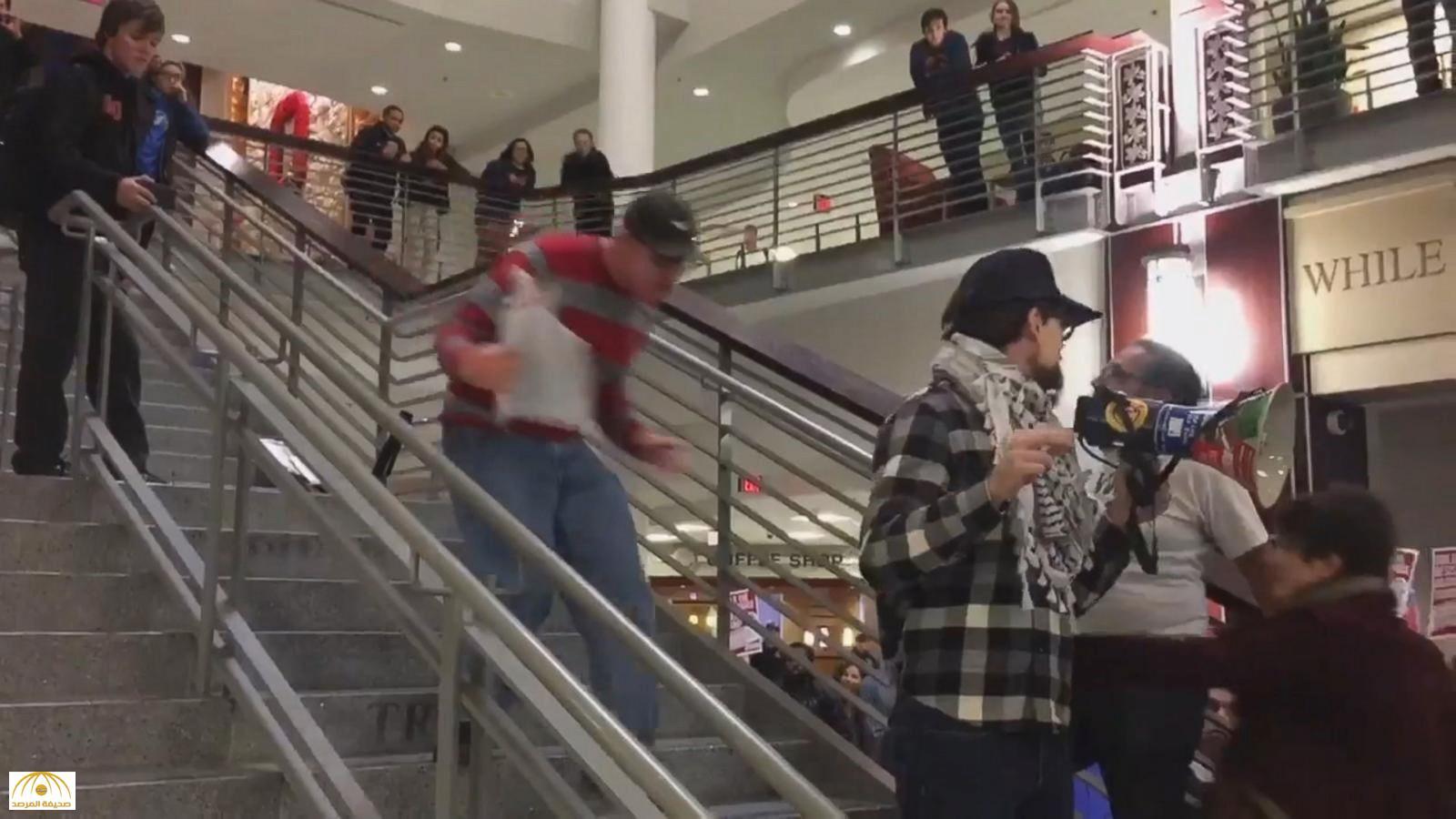 """بالفيديو.. طالب أمريكي يعتدي على زميله بطريقة مهينة والسبب """"ترامب""""!"""