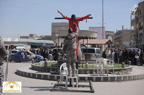 صور:داعش تعدم سجين بسلاح ثقيل يمزق جسده و تفصل رأس اثنين آخرين