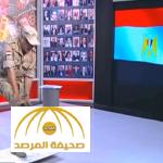 """بالفيديو:إعلامي مصري  يشتم """"الجزيرة """" ويضع جزمته على شعار القناة"""
