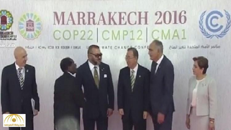 """""""ملك المغرب"""" يسترجع ذكريات """"البوليساريو المؤلمة"""".. شاهد: كيف استقبل رئيس زيمبابوي؟"""