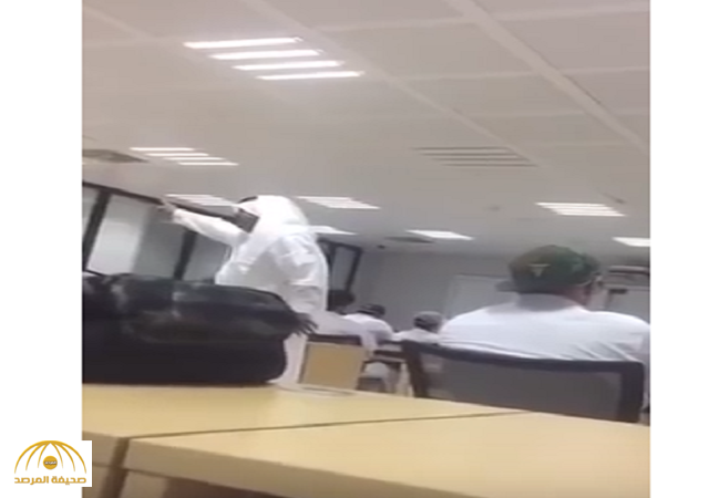 """بالفيديو:  دكتور في جامعة الدمام  يهدد طلابه  """"هذا دقني إن نجحتم""""!"""