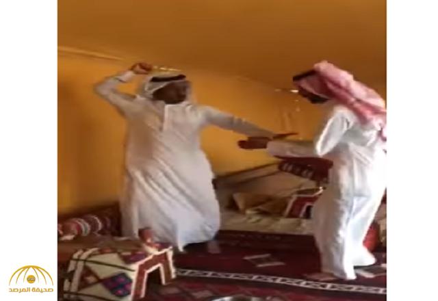 بالفيديو.. ضيف يفر هاربًا من هول هدية قدمها له صديقه فور استقباله بخيمته