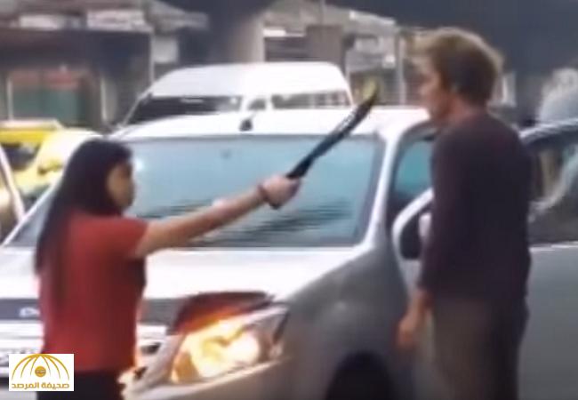 بالفيديو:سيدة تايلندية تهاجم زوجها بساطور في الشارع العام !