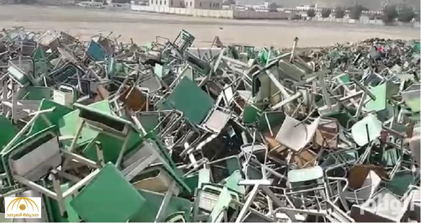 شاهد: رمي مئات  الكراسي والطاولات المدرسية في أرض فضاء بمكة