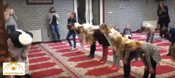 بالفيديو: إمام مسجد يعلم تلاميذ الصلاة ويثير ضجة في البرلمان و الإعلام الهولندي