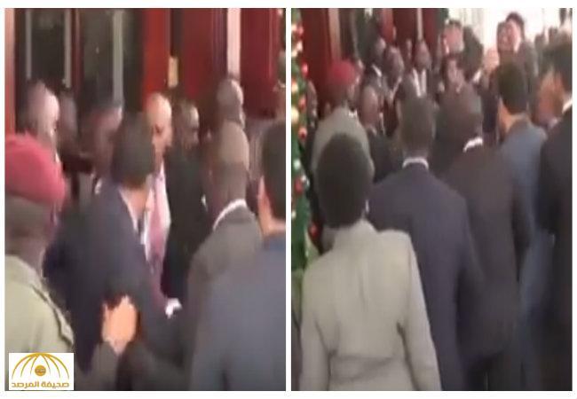 بالفيديو:اشتباك عنيف بين حرس السيسي وحرس الرئيس الأوغندي