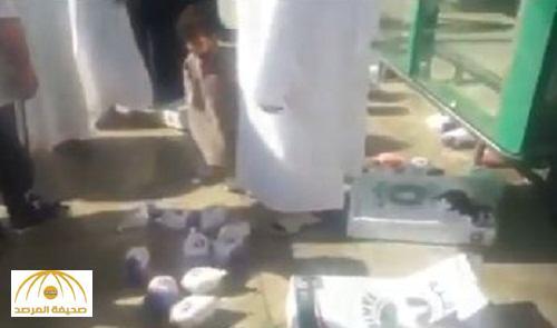 بالفيديو : مواطن يرمي دجاج  مثلج على الرصيف في بيشة .. والبلدية تصدر بيان