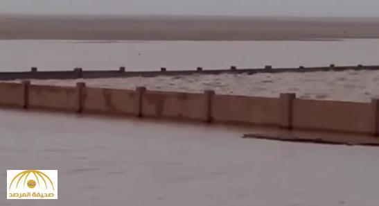 """بالفيديو : مياه الأمطار تغرق مقبرة هجرة """" أم رضمة """" برفحاء"""