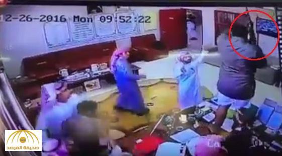 """بالفيديو : مضاربة في مدرسة بـ """" تثليث """" وأحد الطلاب يشهر سلاح """"رشاش""""!"""