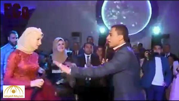 بالفيديو : مشاجرة من نوع خاص بين عروسين مصريين خلال حفل الخطوبة