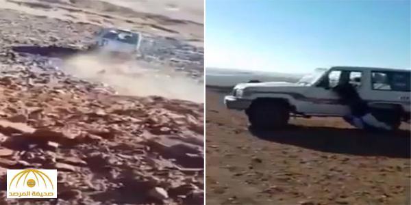 """بالفيديو : 4 شبان يلقون سيارة من أعلى """" جرف """" و السبب غريب !"""