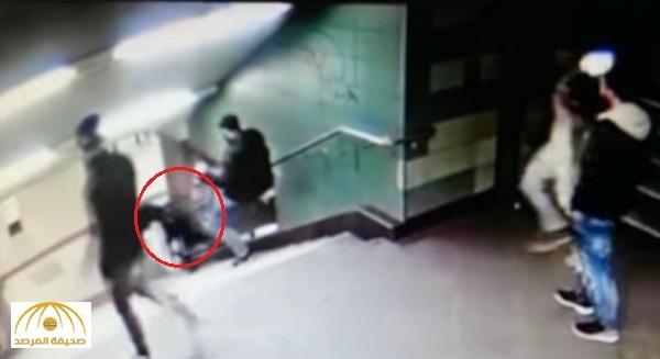 بالفيديو : لحظة ركل فتاة محجبة على ظهرها ورميها من أعلى الدرج بمحطة قطار في برلين !