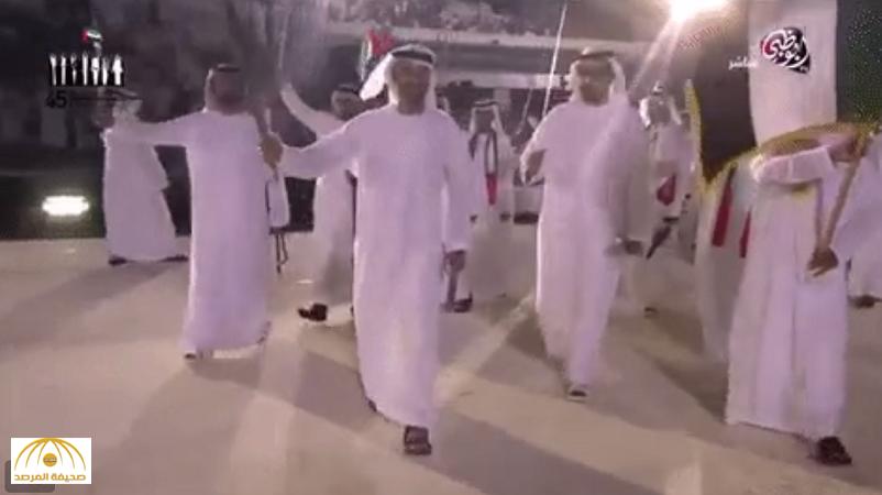 """بالفيديو:شاهد """"محمد بن زايد"""" يرقص بالسيف في احتفالات الإمارات بعيدها الوطني"""