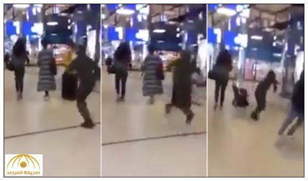 بالفيديو .. رجل يركل امرأة من الخلف في مطار بهولندا و يلوذ بالفرار !