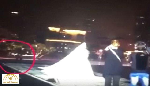 بالفيديو.. مصور يتعرض لموقف محرج أمام الفنّانة بلقيس في حفل زفافها