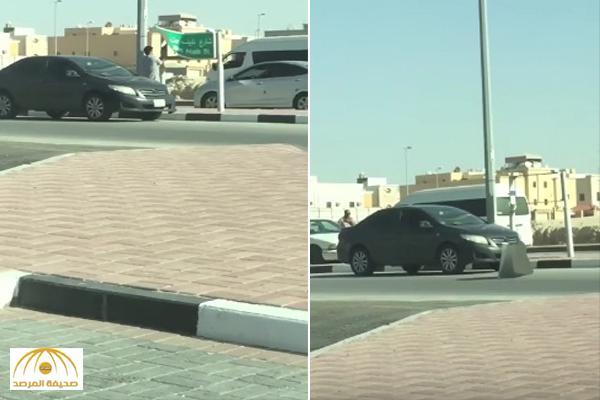 """القبض على شاب قام بنزع لوحة شارع """" نايف بن مالك """" في الدمام  – فيديو"""