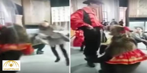 بالفيديو : لحظة هجوم دبٌ على مذيعة خلال برنامج تلفزيوني عن خطر الحيوانات المفترسة