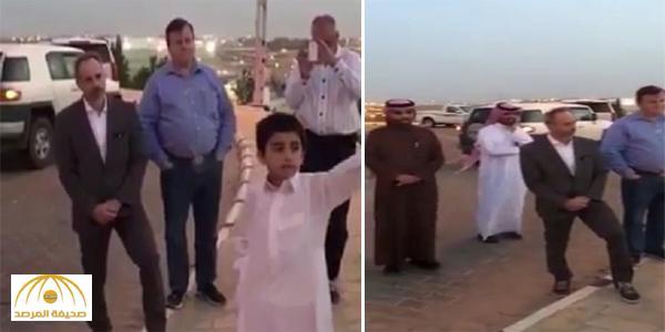 بالفيديو : طفل يترجم لأجانب ما يقوله المرشد السياحي بالقصيم