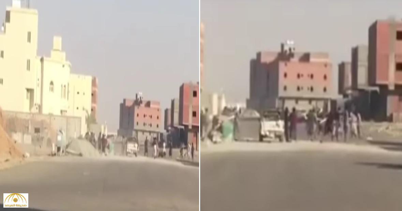 """بالفيديو: مضاربة عمال باكستانيين بالخشب.. ومغردون: """"الله يعين المقاول"""""""