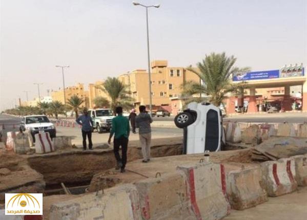 بالصور.. مواطن يوثق سقوط سيارة داخل إحدى الحفريات بالقصيم