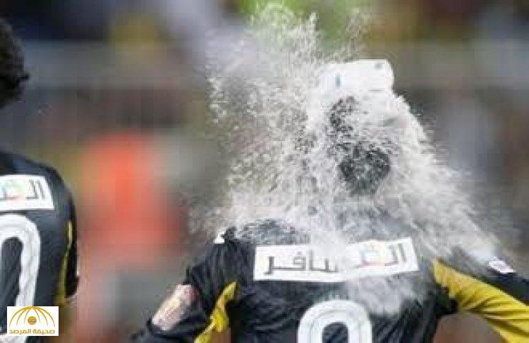 بالفيديو.. قارورة ماء تصيب «المولد» في رأسه أثناء احتفاله بهدف «الاتحاد» الثاني
