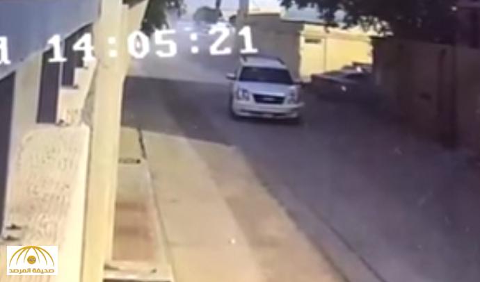 بالفيديو: شاهد كيف تعامل مواطن مع 3 إثيوبيين هاجموه وسرقوا منه مبلغ مالي بالرياض